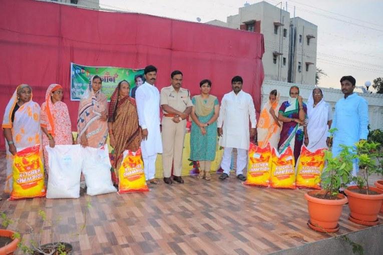 Solapur-Shabdi Social Group distributes 5000 food grain kit among needy families