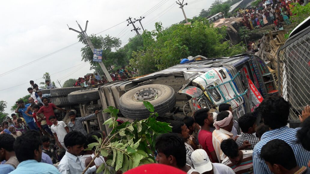 बिहार के सीतामढ़ी जिला मे बस से टकरायी बेलगाम ट्रक 5 की मौत 30 लोग घायल,गुस्साए लोगो ने DSP की गाड़ी भी तोड़ दी