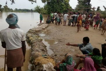 सीतामढ़ी : तटबंध टूटने से सीतामढ़ी में मची भगदड़, बाढ़ में फंसे सैकड़ो लोग