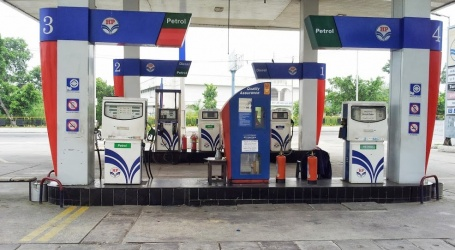मध्य प्रदेश में तीन पेट्रोल पंप सील,भाजपा और सपा के कार्यकर्ता के गाड़ी मे मुफ्त दे रहे थे तेल